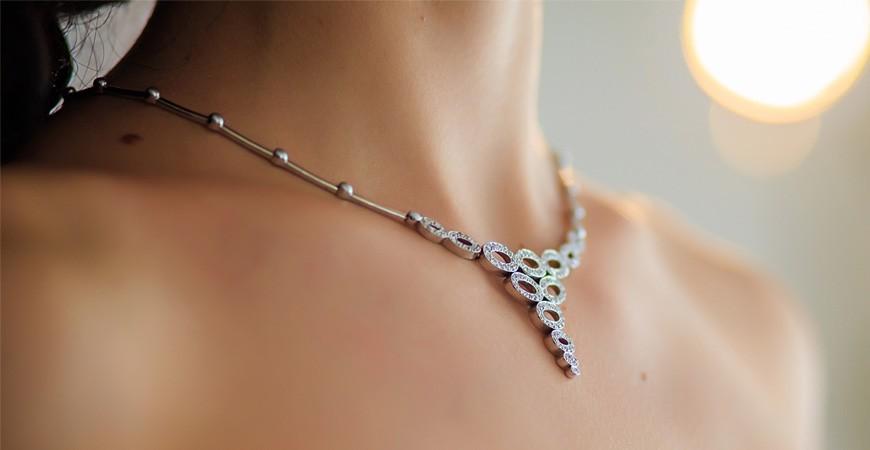 Elegantes colgantes de plata